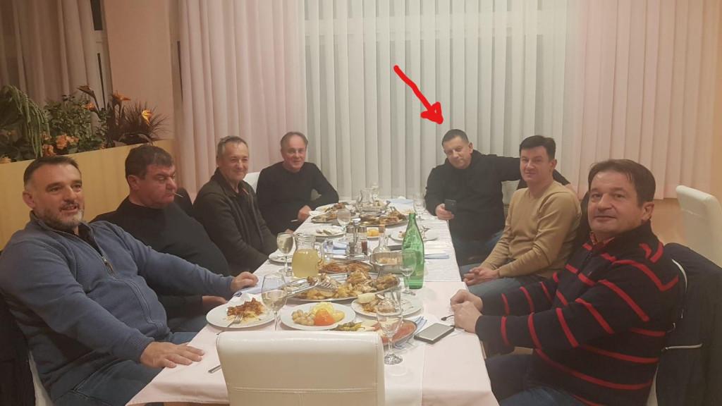 Nikola Blažević (označen strelicom) na večeri sa svojim stranačkim kolegama