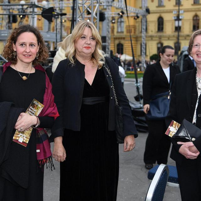 Nina Obuljen Koržinek, intendantica HNK u Zagrebu Dubravka Vrgoč i dr. Alemka Markotić pred HNK u Zagrebu 30. svibnja 2020. godine