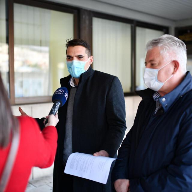 Na Općinskom sudu u Dubrovniku danas je održano prvo ročište o tužbi koju su predsjednik GO SDP-a Jadran Barač i dvojica bivših gradonačelnika Andro Vlahušić i Vido Bogdanović podnijeli sudu, a kojom traže proglašenje ništetnosti Ugovora o upravljanju dubrovačkim zidinama