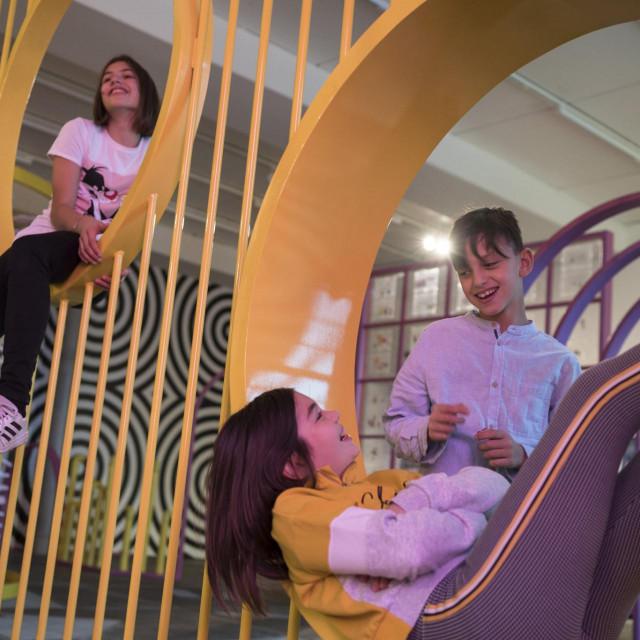 Posjetitelji izložbe okruženi su bojama, oblicima i zvukovima