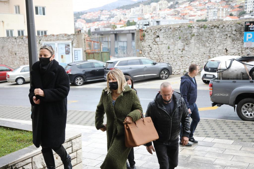 Odvjetnica Doris Košta s roditeljima nastradalih radnika HE Dubrovnik