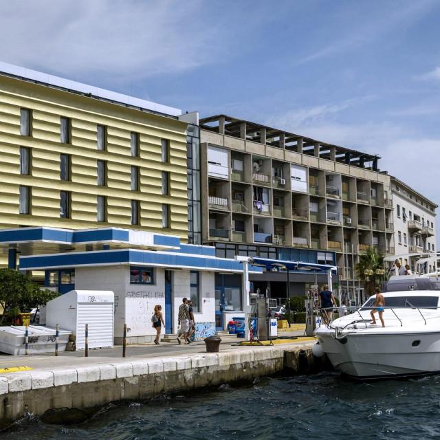 Crpka prije zatvaranja radi rekonstrukcije, s hotelom Bellevue u pozadini