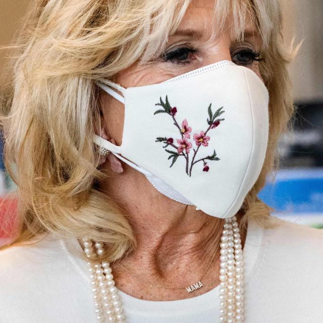 """Fotografija otkriva da prva dama SAD-a, Jill Biden, oko vrata nosi ogrlicu s natpisom """"Mama"""""""