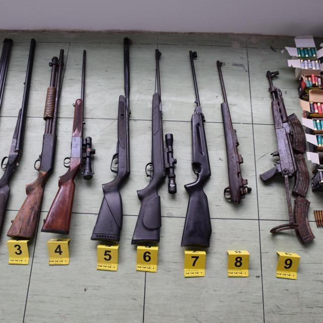 arsenal oružja i streljiva pronađeni kod 41-godišnjaka u Pločama