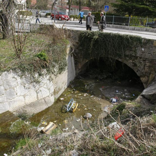 Ćosin potok odavno je pretvoren u otvorenu kanalizacijsku 'cijev'