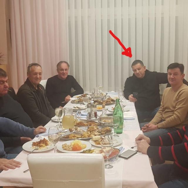 Nikola Blažević (označen strelicom) na večeri sa svojim stranačkim kolegama u hotelu u Kninu