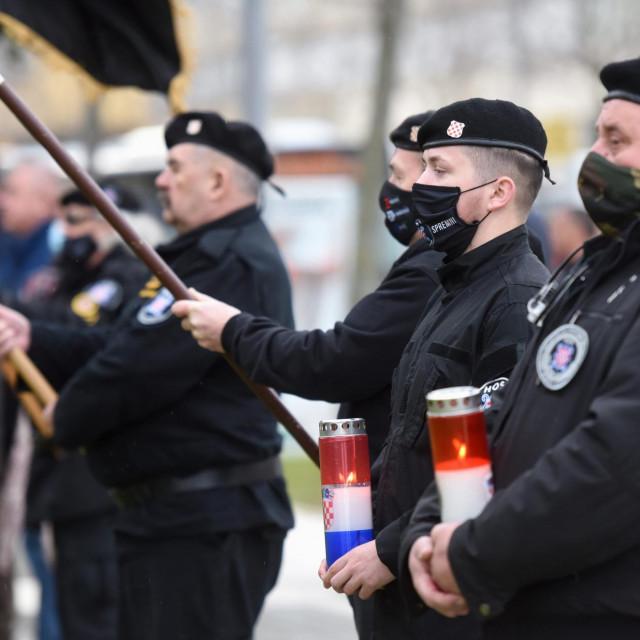 Sudionici obilježavanja 28. obljetnice vojno-redarstvene operacije Maslenica 93.s obilježjima HOS-a