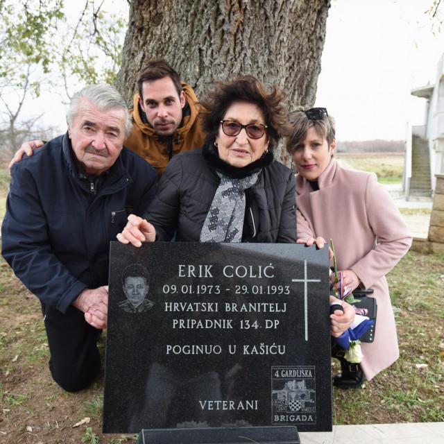 Jasna i Mladen Colić, majka i otac poginulog braniteljas unucima Danijelom Lacman i Ivanom Pelicarićem.<br />