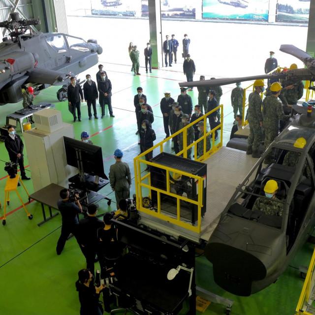 Tajvanski presjednik Tsai Ing-wen u inspekciji helikoptera AH-64 Apache u Tainanu, na jugu Tajvana