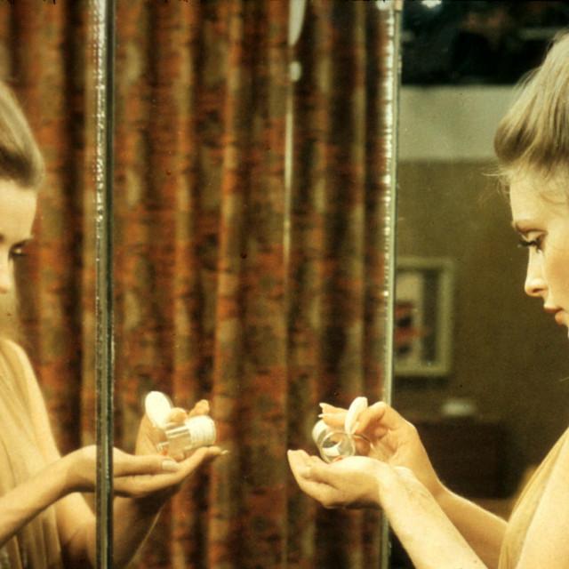 Sharon u filmu 'Dolina lutaka'