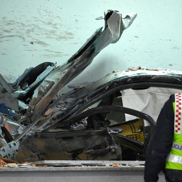 <br /> U 5.30 kod naplatnih kucica Mraclin, vozac je izgubio nadzor nad osobnim automobilom i udario u objekt HAC-a.<br />