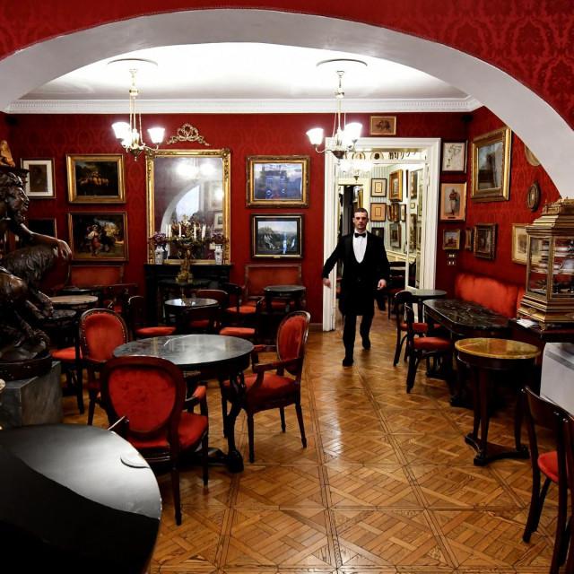 Interijer kavane osvajao je šarmom Starog svijeta, s crvenim baršunastim sjedalima i zidovima optočenima zlatom