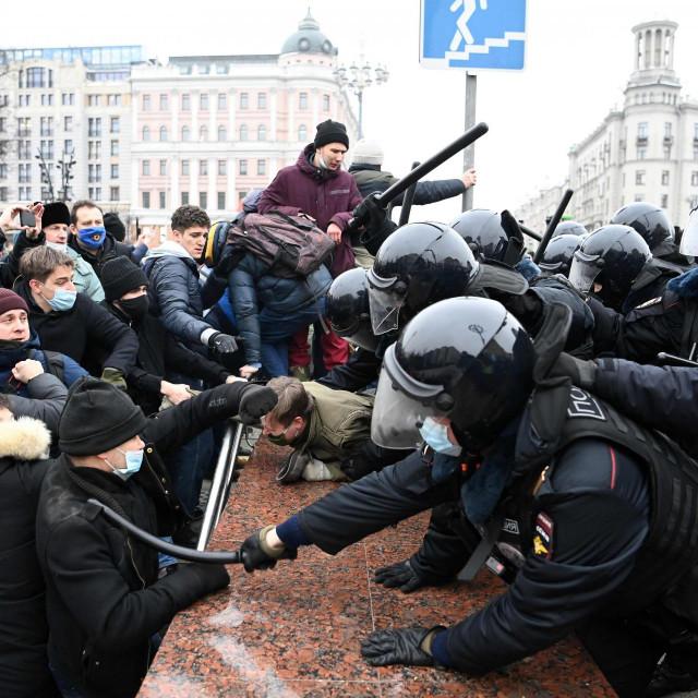 Prosvjednici su u bliskom kontaktu s protuprosvjedničkom policijom<br /> AFP