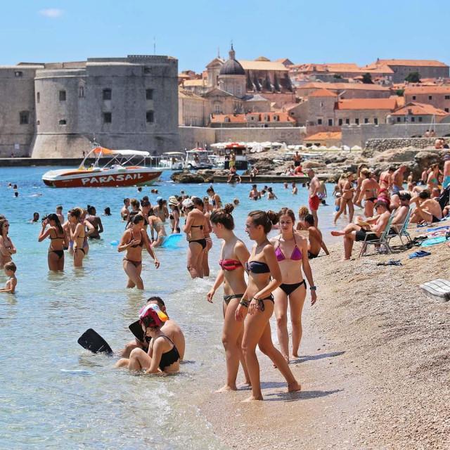Turisti uzivaju u kupanju i suncanju na plazi Banje