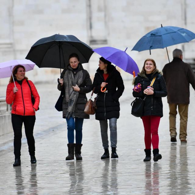 Kišovita nedjelja, na Stradunu šetači pod ombrelama