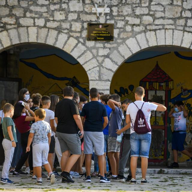 Sibenik, 070920.<br /> Prvi dan pocetka nove skolske godine 20/21 u os Faust Vrancic, ucenici sa zastitnim maska ulaze u skole<br />