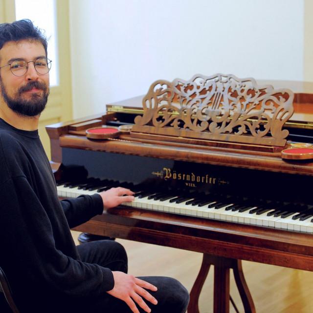 Kristian Nakić svira na 160 godina starom klaviru kojeg je posudio Hrvatskom domu