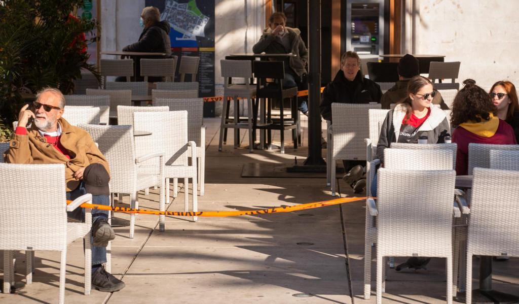 Splićani uzmu kavu za van i piju je na štekatima kafića koji ne smiju raditi