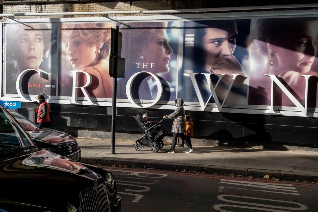Plakat za četvrtu sezonu Netflixove serije 'Kruna' na ulicama Londona