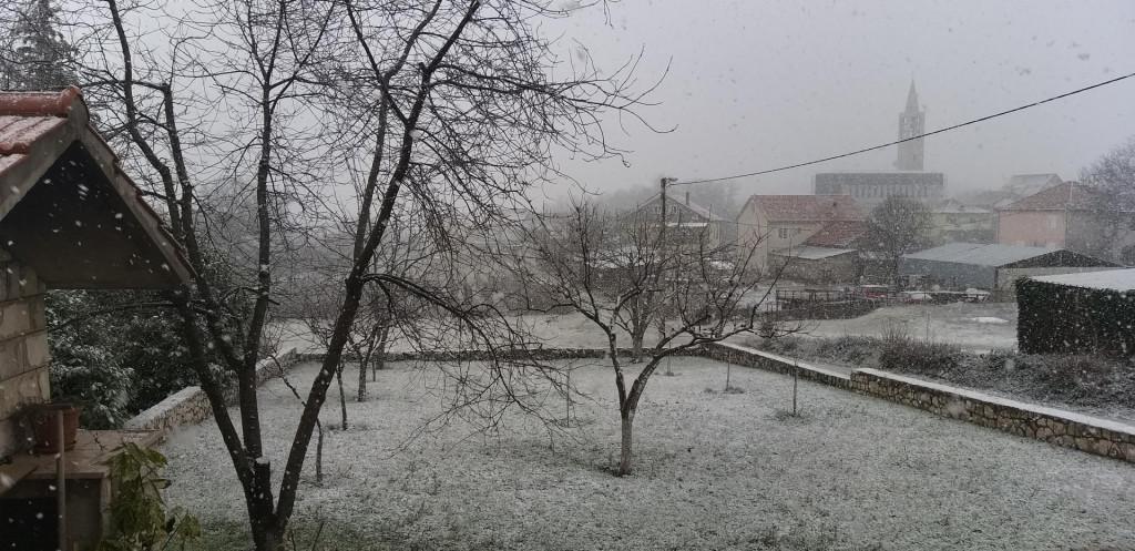 Cetinsku krajinu zabijelio snijeg, zadržava se svuda iako je podloga vlažna, vozači se pozivaju na oprez