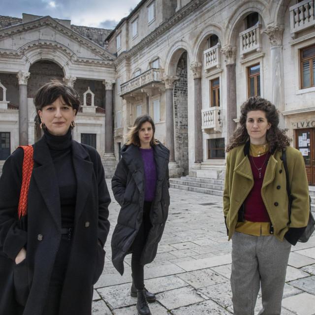 Kristina Tešija, Jasmina Šarić i Andrea Resner na praznome Peristilu