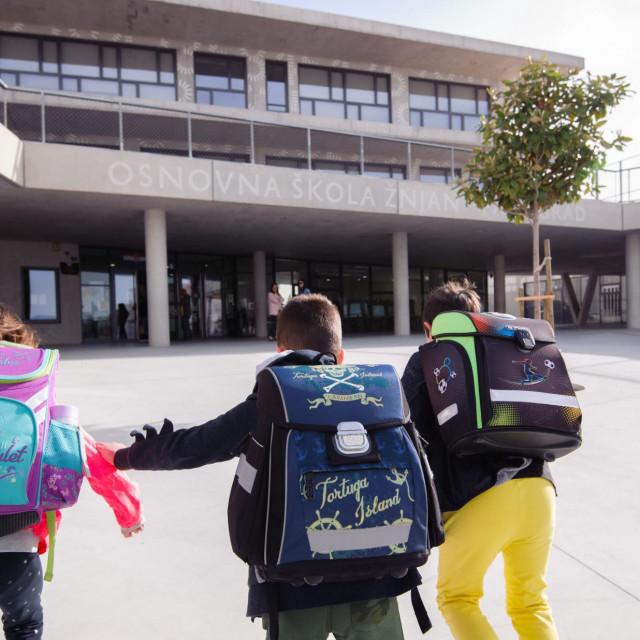 Split, 110520<br /> Ucenici dolaze na nastavu u OS Znjan - Pazdigrad nakon gotovo 2 mjeseca. Od danas se u osnovnim skolama odrzava nastava za ucenike od 1. do 4 razreda, u skladu sa trecom fazom popustanja mjera vezanih za pandemiju covida - 19. Skole, fakulteti i vrtici bili su zatvoreni od 16. o�ujka.<br /> Na fotografiji: ucenici dolaze u skolu Znjan - Pazdigrad<br />