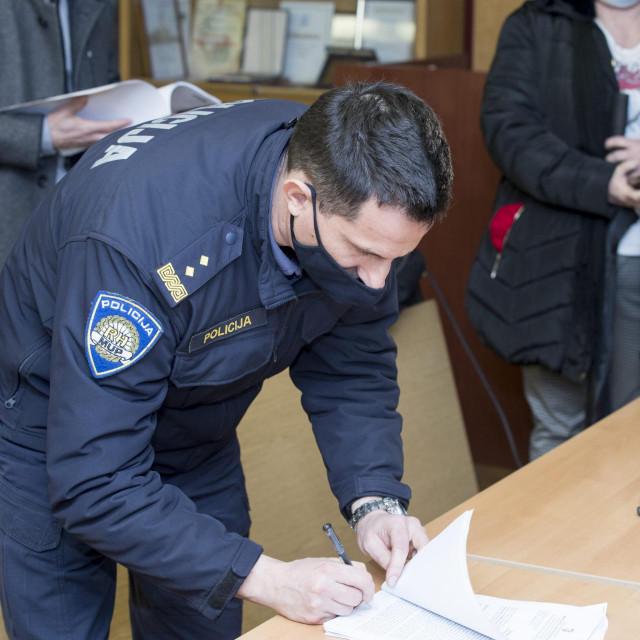Matko Klarić potpisuje zapisnik nakon disciplinskog postupka