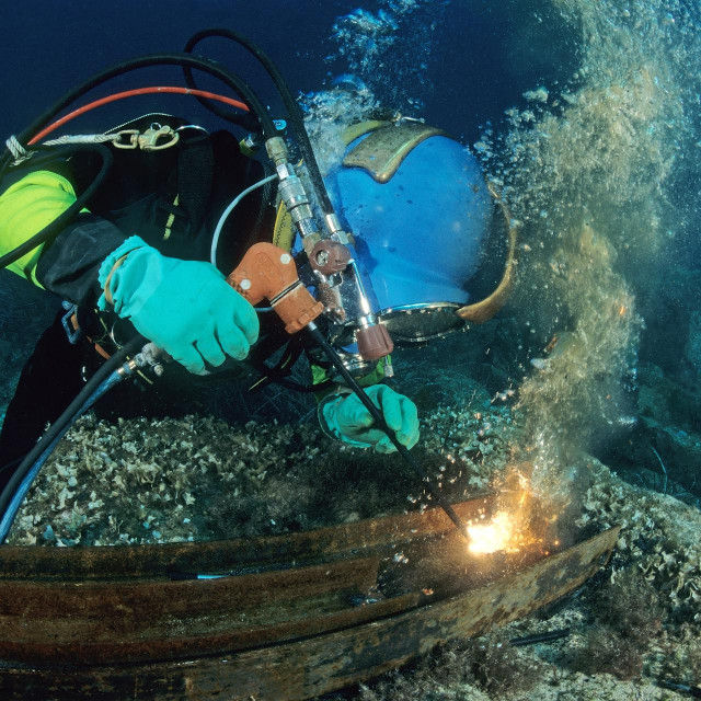 Professional diver doing a weld France.<br /> Character: Stéphane Bordenave Company: Azote Works submarines The diver protects itself with rubber gloves so as not to receive electric shock<br /> Biosphoto/Jean Cassou