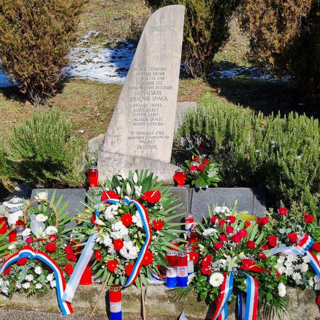 """Godišnjica pogibije zrakoplovaca u Sinju, 29. po redu, obilježena je polaganjem vijenaca i paljenjem svijeća podno spomenika """"Slomljeno krilo"""" u Šimcima"""
