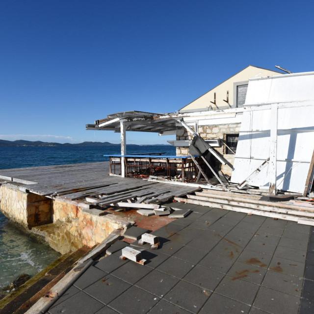 Zadar, 260121.<br /> Ostaci srusenog Zara beach ugostiteljskog objekta na plazi Kolovare stoje vec nekoliko mjeseci te nagrdjuju plazu Kolovare.<br />