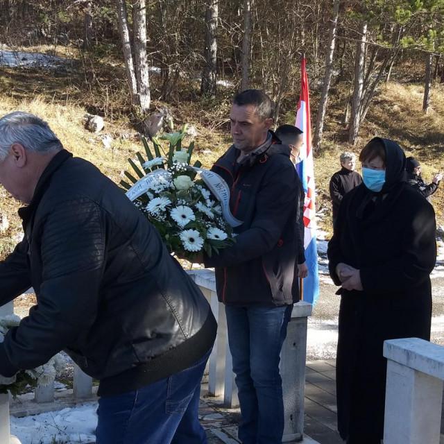 Na spomen-obilježje poginulom branitelju Anti Buljanu vijenac su položili majka Nedjeljka, te braća Dražen i Zdravko