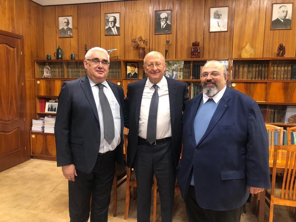 Profesor Vladimir Jakovljević, akademik Aleksandar Gincburg i profesor Sergej Boljević. Gincburg je šef tima koji je stvorio cjepivo 'Sputnik', a kojeg je 11. studenog primio i crnogorski liječnik