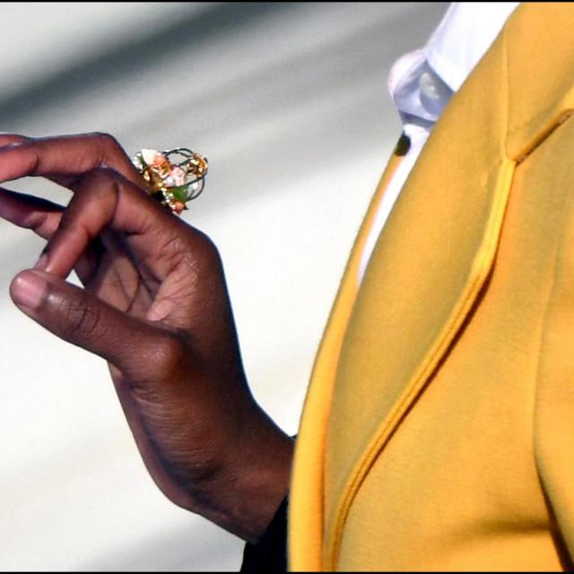 Prsten s pticom u krletci koji je Amandi darovala Oprah Winfrey