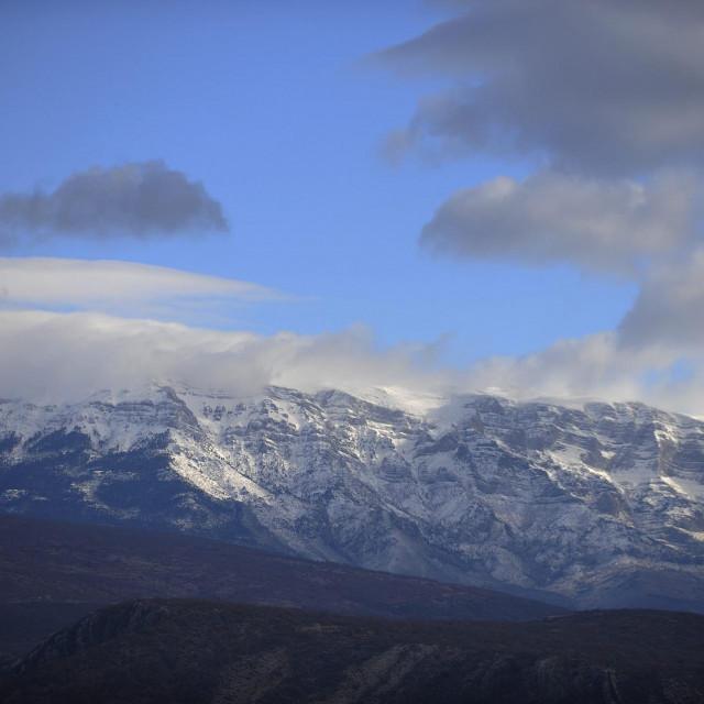 Pogled na snijegom prekriveni Sinjal, koji je sa 1830 metara 'krov Hrvatske'