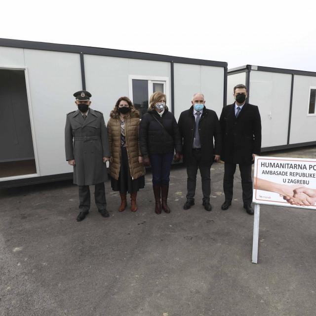 Veleposlanstvo Republike Srbije u Hrvatskoj predalo je danas dva od ukupno 25 kontejnera namijenjenih za privremeni smještaj stanovništva pogođenog potresom