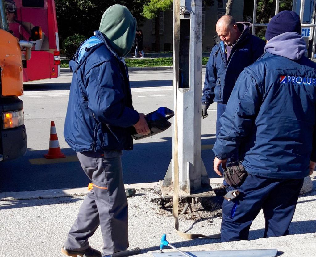Radnici 'Proluxa' uklanjaju oštećeni rasvjetni stup