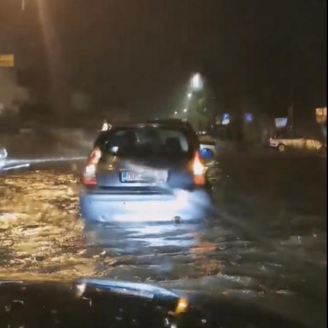 Ulica Iva Vojnovića je pod vodom