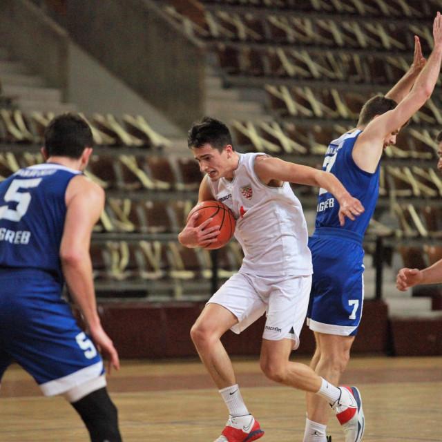 Mateo Vidović (Dubrovnik) nije uspio preskočiti Dinamo u Gospinom polju foto: Tonči Vlašić