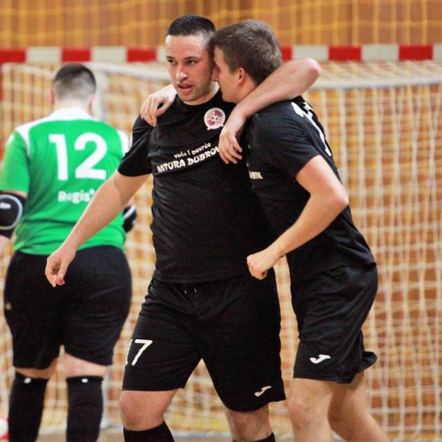 Pobjednički zagrljaj - Mateo Vodopić i Leo Bogdanović, prvi je postigao jedan, a drugi dva pogotka protiv Hajduka foto: Tonči Vlašić