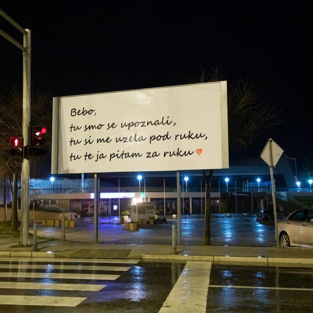 Na plakatnom mjestu kod bazena na Poljudu nepoznati Splićanin zaprosio je svoju djevojku