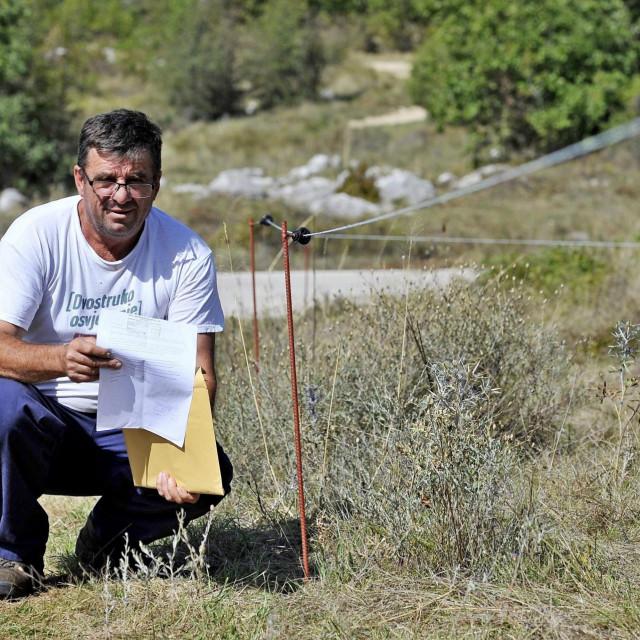 Ivan Kaloper pokraj žice svojeg električnog pastira
