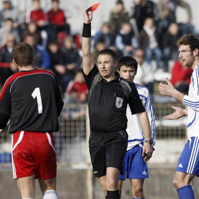 Sudac Maro Kristic daje crveni karton vrataru Rastana Baricic Rafaelu.