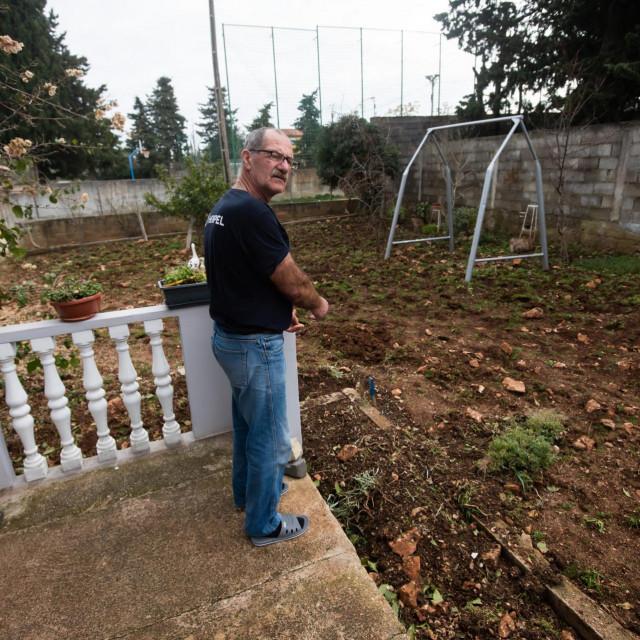 Pirotehničari su prekopali cijelo dvorište i našli još tri nagazne mine, aktivne, s upaljačima - govori Ivan Sanković