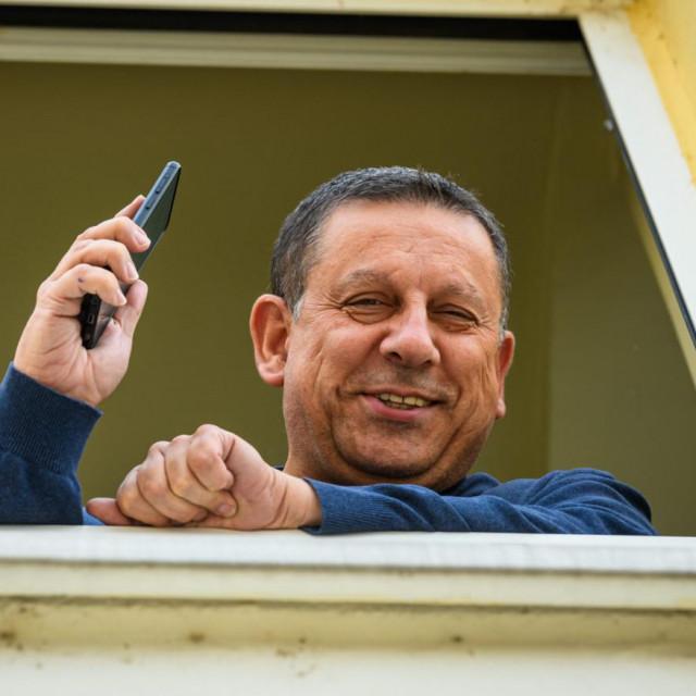 Dožupan Nikola Blažević snimljen na prozoru svog ureda