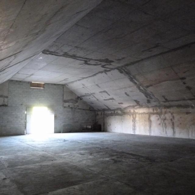 Hangari od 400 metara četvornih poslije rata služili su kao magazini zračne luke i građevinskih tvrtki