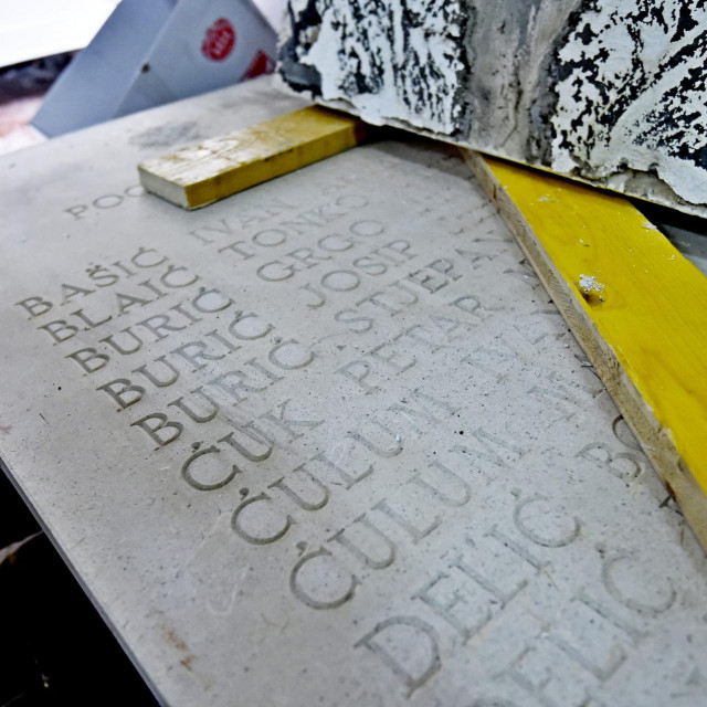 Četiri kamene ploče su 'pod ključem', u prostorijama Mjesnog odbora Gizdavac