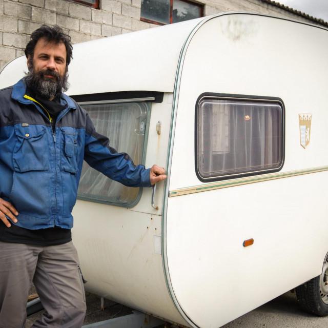 Ivan Bućan pokraj treće kamp-kućice