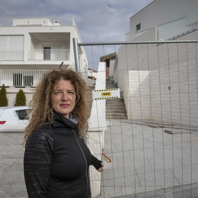 Tina Vukušić pokazuje koliko je blizu njenoj parceli i kući sporni dio objekta