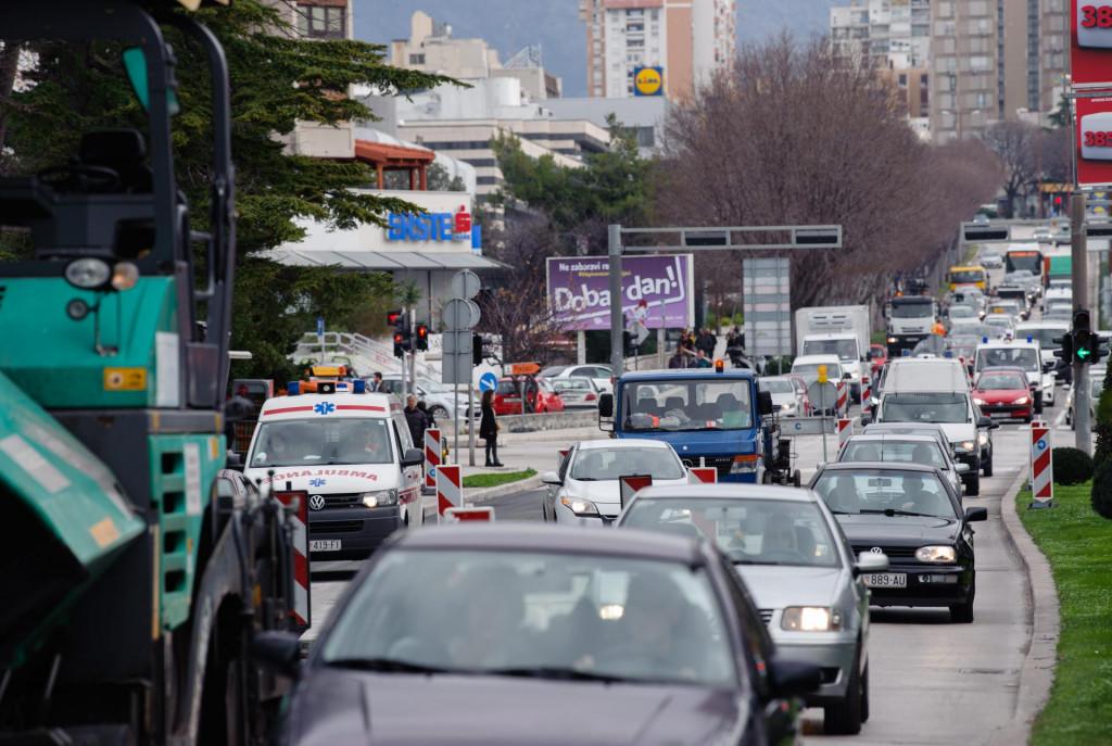 Cestar izvodi radove na rekonstrukciji asfalta na Poljičkoj cesti između raskrižja s Ulicom Bruna Bušića i KBC-a Split pa se stvaraju gužve