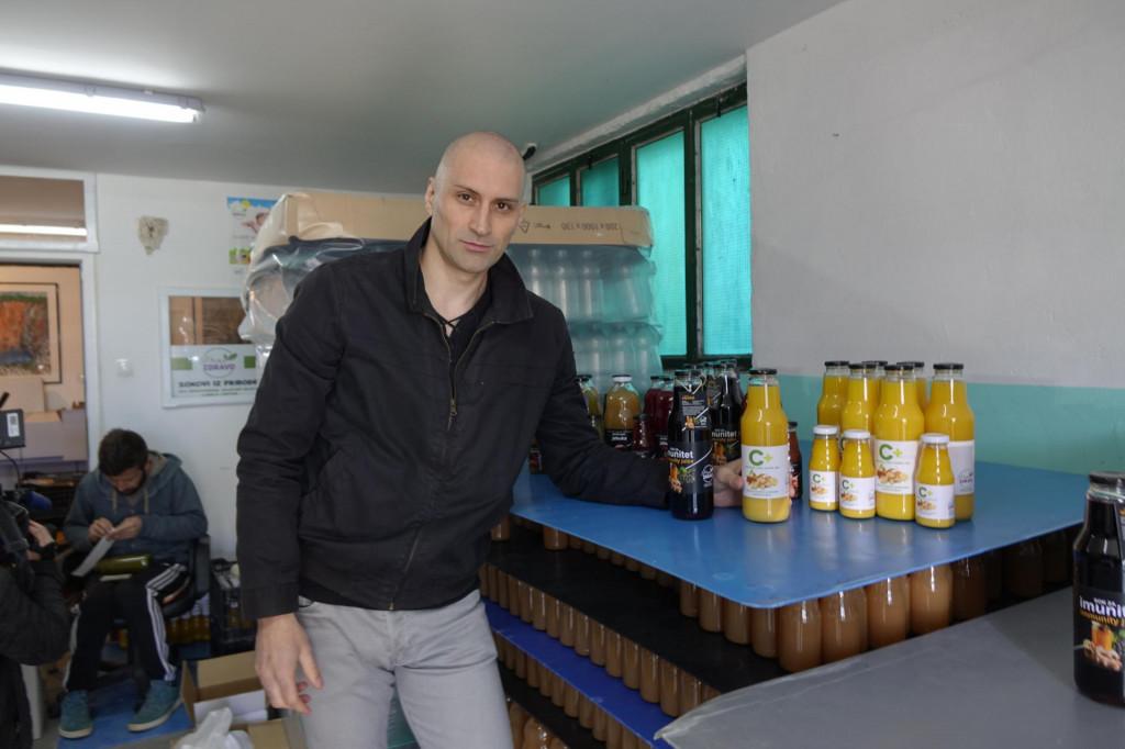 Mislav Gabelica sa sokovima koje rade prema vlastitoj recepturi